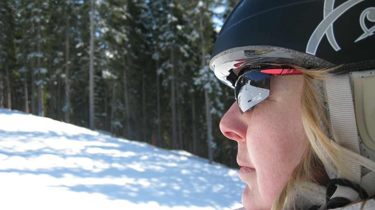 sunglasses vs goggles for skiing